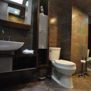 kaip-tesingai-klijuoti-plyteles-vonios-kambaryje